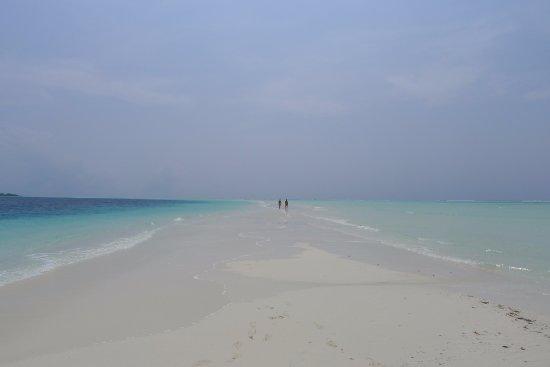 COMO Cocoa Island: Great long sandbank where you can walk during low tides
