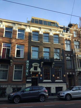 Hotel The Neighbour's Magnolia: tampak hotel dari seberang jalan