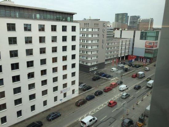juniorsuite sch ne gro e und helle dusche picture of hyperion hotel hamburg hamburg. Black Bedroom Furniture Sets. Home Design Ideas