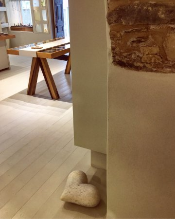Naoussa, Greece: Hera's Gallery Shop