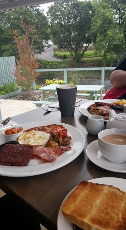 Sorn, UK: Breakfast by the River