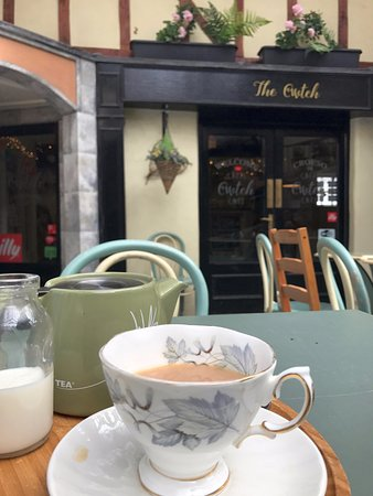 Builth Wells, UK: View of the outdoor seating area and the 'proper' tea.