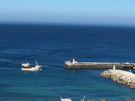 Kalk Bay, África do Sul: Fishing Boat coming into harbour