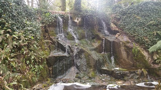 Κάστρο και Κήποι του Blarney: One of two waterfalls hiding in the gardens