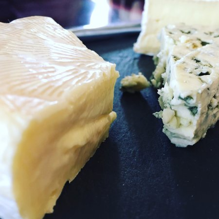 Ballabourneen Wine Co. : cheese plate offered for members