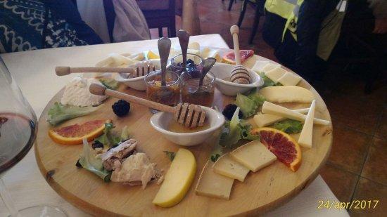 Rocca Massima, Italija: Tagliere di formaggi misti con miele e marmellate varie