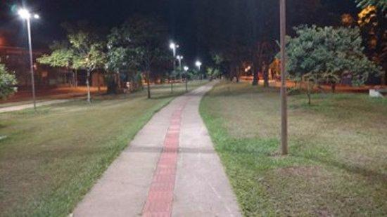 Povo Park: Saí de noite pra comer, e por acaso, passei por este lugar, um local muito agradável e tranquilo