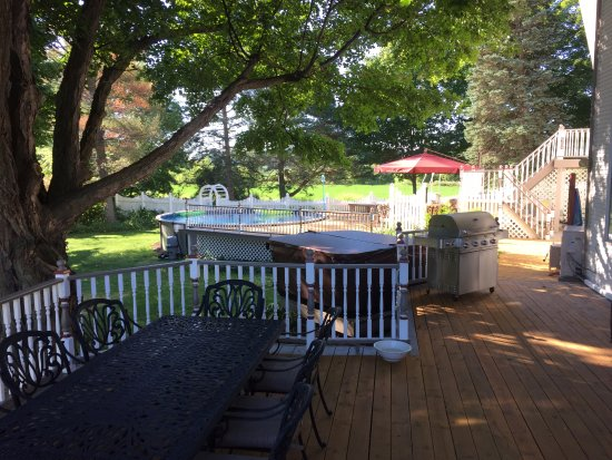 The Willowicke Inn: deck and pool area