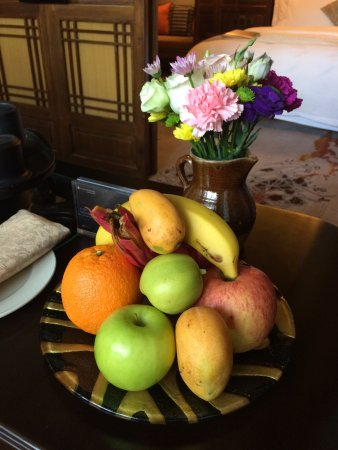 InterContinental Lijiang Ancient Town Resort: Welcome flowers and fruit
