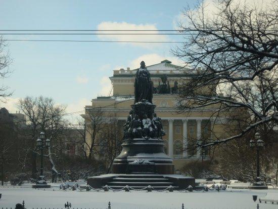 Monument to Catherine the Great: 足下に愛人を従えた像はなかなか他では見られない