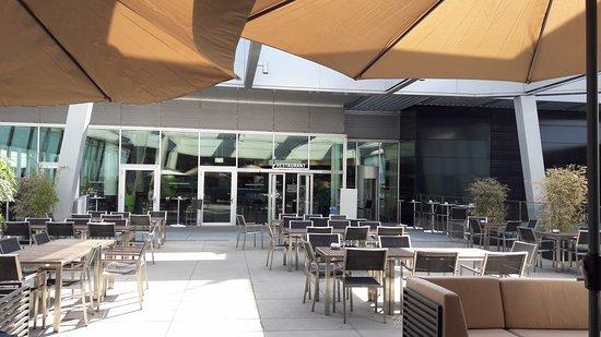 Das BEANS mit der sch u00f6nsten Terrasse am Flughafen Z u00fcrich