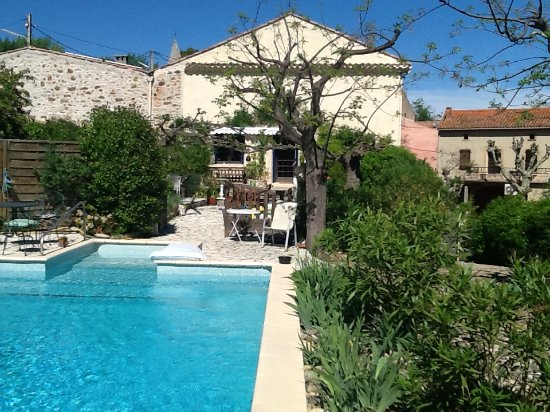 Maison Hirondelles: This is a view of the property and pool area.