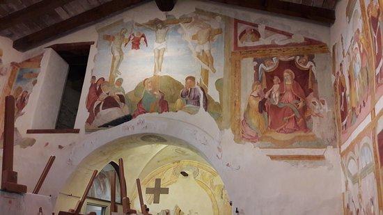 Almenno San Bartolomeo, Italy: La Crocefissione tra la Deposizione dalla croce e le Mistiche nozze di S. Caterina