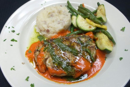 Bowling Green, Огайо: Swordfish with Red Pepper Coulis and Pesto