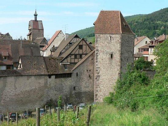 Office de Tourisme du Pays de Ribeauvillé et de Riquewihr: Maison de vigneron et Tour des voleurs à Riquewihr