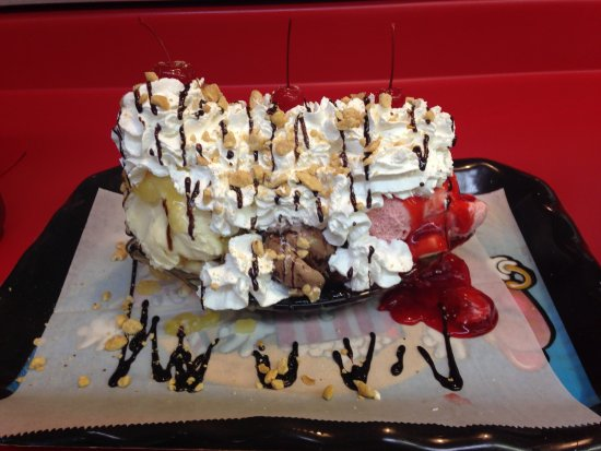 Clarkrange, Теннесси: Yet another banana split, this one with nuts! Ya gotta try one!