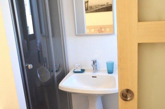 Saint Cyr l'Ecole, Prancis: Salle de bain chambre standard
