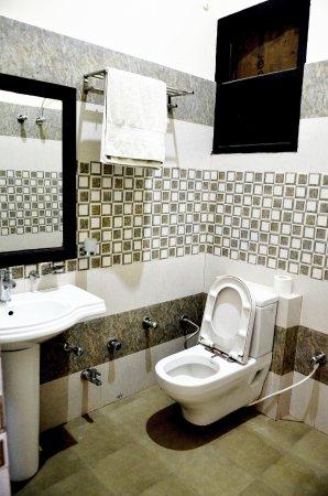 Hotel Park Regency : ROOM BATHROOM