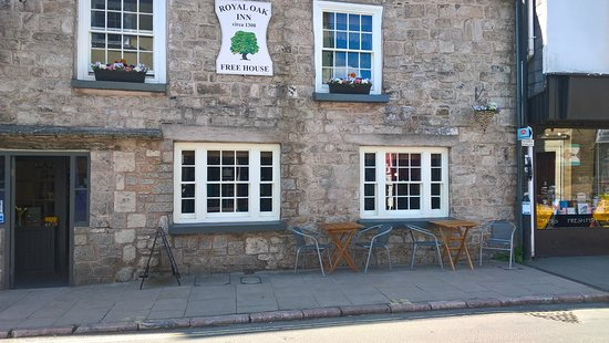 Why not watch Ashburton pass by while enjoying a coffee,cream tea, breakfast or an ice cream