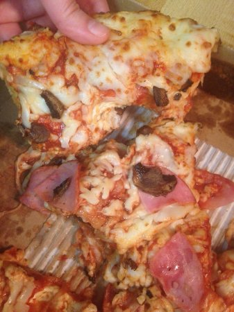 Enfield, Коннектикут: This is what they pass off as a good pizza.