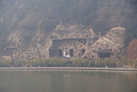 Luoyang, Kina: View of the Longmen Grottoes