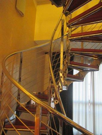 NH Roma Leonardo da Vinci: scala interna tra le due zone notte nella suite