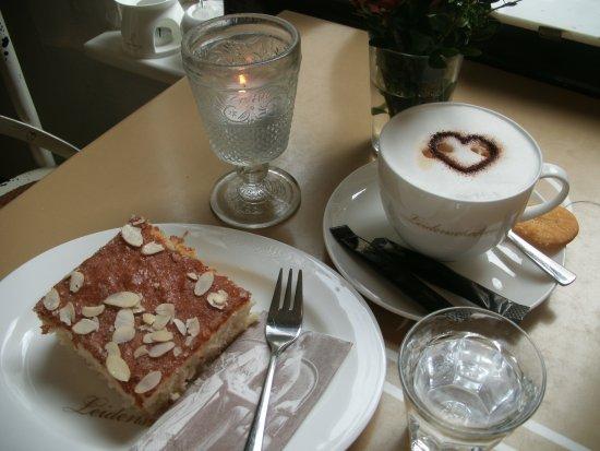 Jever, Alemania: Lecker Cappuccino mit Mandelkuchen....Mmmmmmmh