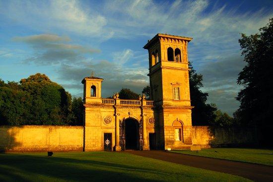 Calne, UK: The Golden Gates - The Entrance to Bowood Hotel, Spa & Golf Resort