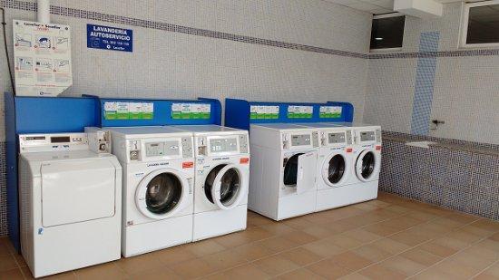Campsite Platja Cambrils : Modulo de lavadoras, secadoras y lavaderos
