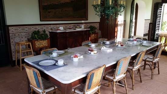 Premia de Dalt, Spain: spezieller Frühstückssaal! halbschattige Veranda mit direktem Ausgang in den Garten.