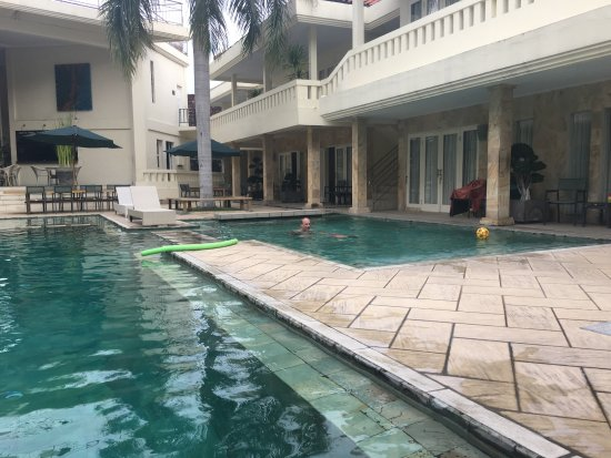 Bali Court Hotel and Apartments: Quiet poolside