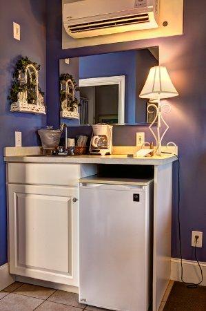 Sunset Beach, Kuzey Carolina: Small refrigerator and sink/coffee maker
