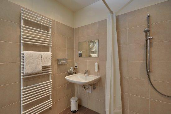 Behindertengerechte Badezimmer im H+ Hotel München - Bild von H+ ...