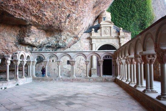 San Juan de la Pena, España: Claustro del monasterio viejo