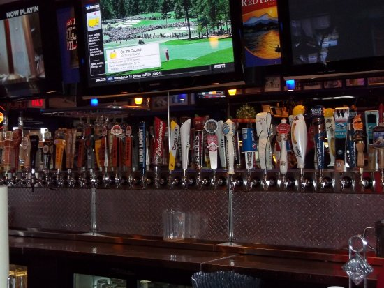 Humphrey's Bar & Grill: Look at those taps!