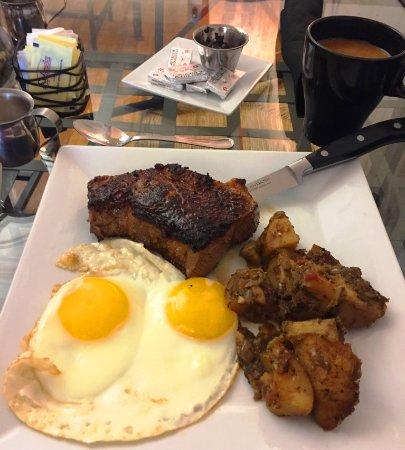 Ligonier, Pensilvanya: Steak and eggs just the way you like them! :)