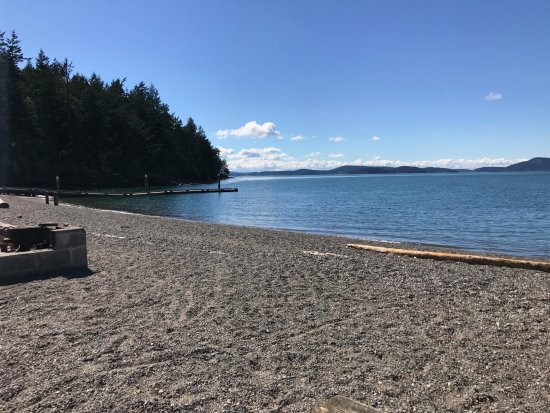 ‪‪Anacortes‬, واشنطن: Looking towards the San Juan Islands near on Washington Park Boat Launch on a sunny spring day.‬