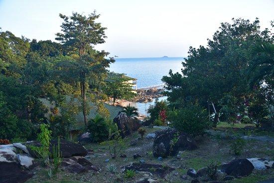 Minang Cove Resort: Blick vom Bungalow zum Restaurant und zur Badebucht