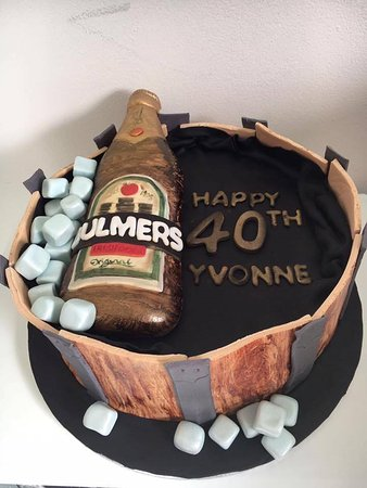 Birr, Irlandia: Bulmers birthday cake all handmade from nutmeg
