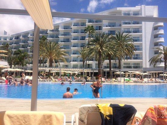 Piscina climatizada bild fr n clubhotel riu papayas for Piscina playa del ingles