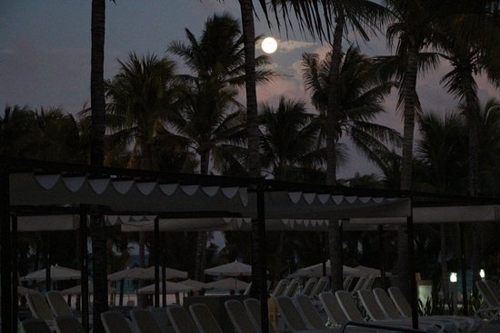 Hotel Riu Playacar: Moon rising over resort