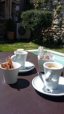 Chateauneuf-de-Gadagne, Γαλλία: café dans le patio un pur bonheur. on y descend par des petites marches