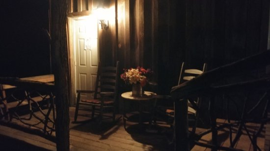 Cullowhee, Carolina del Norte: Fort Small Room - front porch entry with rockers