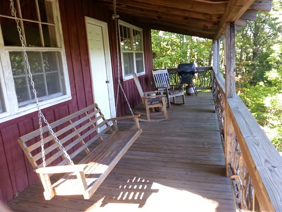 Cullowhee, Carolina do Norte: King Cabin - living room porch with swing and rockers