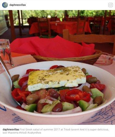 Triodi: Δροσερή,μυρωδατη.  χωριάτικη σαλάτα!!
