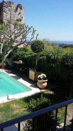 Chateauneuf-de-Gadagne, Γαλλία: ^vue de la terrasse ouverte du restaurant sur un petit patio