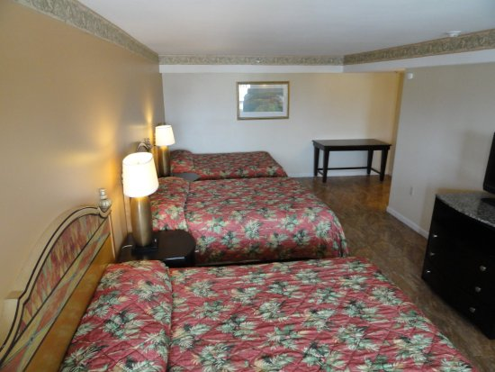 Sea Palace Inn : Three Queen Beds