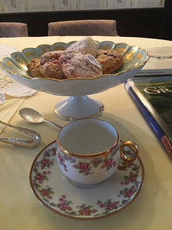 Paris, Canadá: Bowl of cherry and blueberry scones