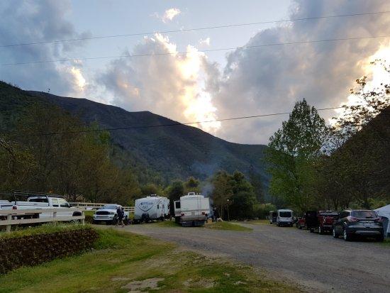 Indian Flat Campground: RV Park umrahmt von den Bergen