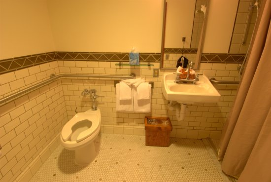 Timberline Lodge, OR: Accessible bathroom